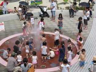 120714 噴水で子供たち